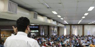 Profissionais organizam planejam etapas evento