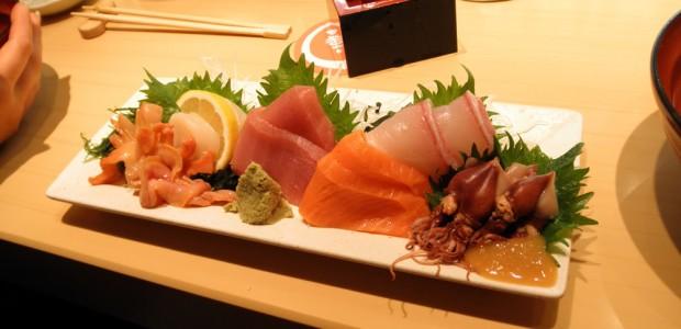 O Sashimi consiste em finas fatias cruas de peixe ou de frutos do mar.