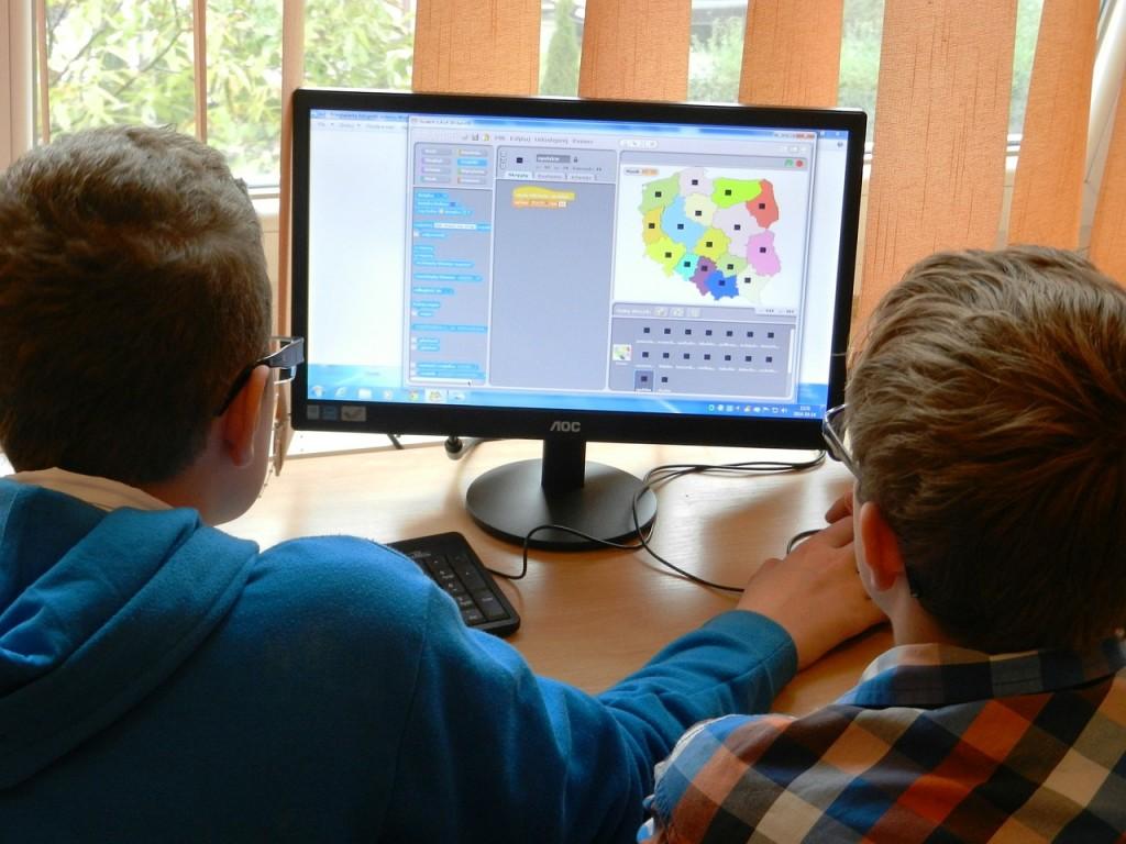 As escolas estão incorporando cada vez mais as tecnologias em benefício da educação Créditos: Dantetg Via: Pixabay