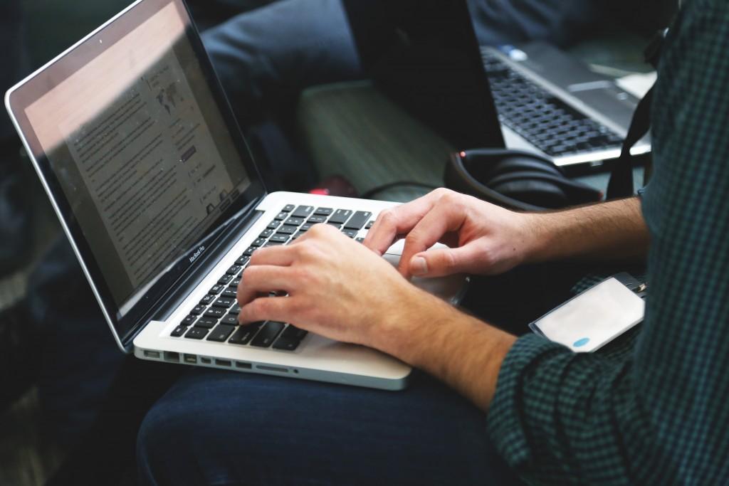 O ensino online da Prime Cursos qualifica e aperfeiçoa. O certificado é válido em todo o território nacional Créditos da imagem: StartupStokPhotos
