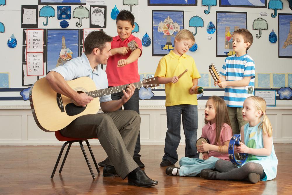 Ensinar e ao mesmo tempo captar a atenção dos alunos é um desafio para os pedagogos. A música ajuda neste processo e cultiva o interesse de ambos (shutterstock)
