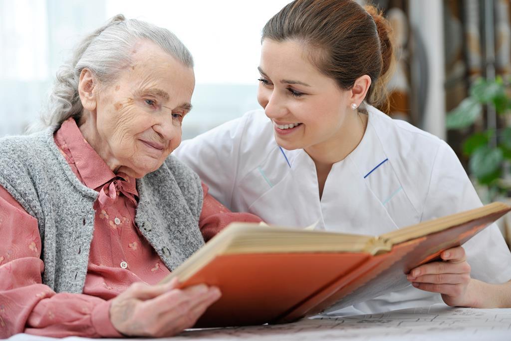 cuidador de idoso auxiliando na leitura