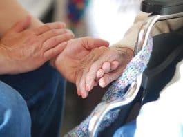 o que o cuidador de idosos não pode fazer