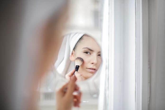 mulher aplicando as técnicas aprendidas no curso de automaquiagem