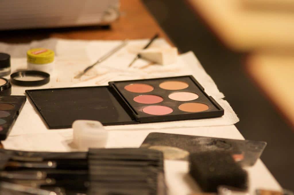 na hora de montar o kit básico de automaquiagem é importante estar atenta ao seu tipo de pele e na base escolhida