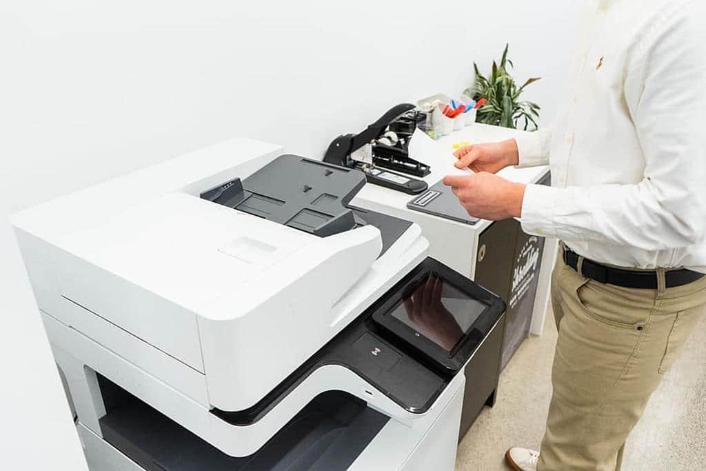 o assistente administrativo atua auxiliando diversos setores de uma empresa
