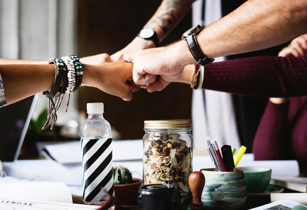 a gestão de pessoas é responsável por promover o trabalho em equipe e visar o bem-estar dos funcionários de uma empresa