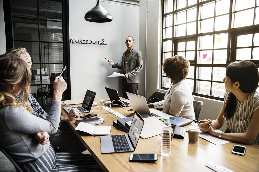 uma das atribuições do gestor de pessoas é cuidar do marketing interno da empresa, melhorando a imagem que os funcionários têm da organização