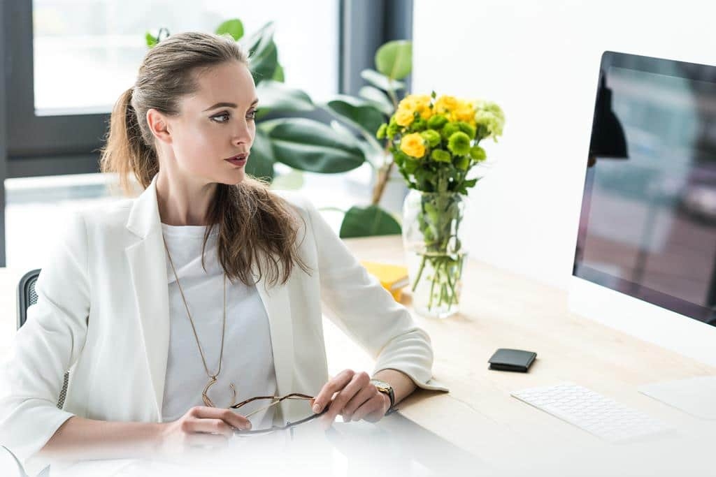 a telefonista atua sozinha recebendo ligações e lidando com a área administrativa da empresa